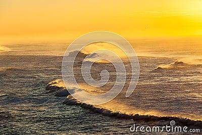 Nascer do sol da cor do pulverizador das ondas de oceano