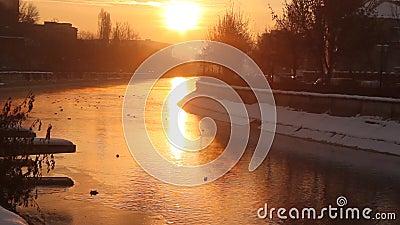 Nascer do sol do inverno sobre o rio