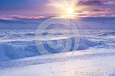 Nascer do sol dramático sobre o oceano.