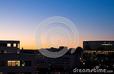 Nascer do sol e prédios de escritórios