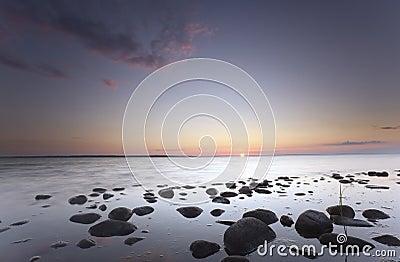 Nascer do sol encantador sobre o oceano