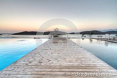 Nascer do sol no louro de Mirabello em Crete