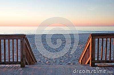 Nascer do sol no passeio à beira mar