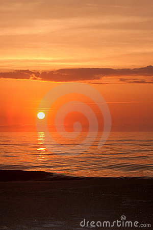 Nascer do sol sobre o oceano