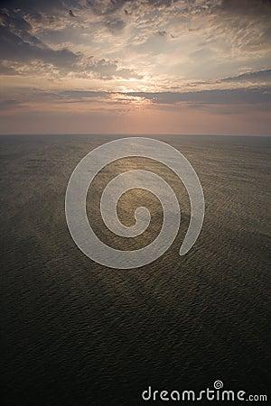 Nascer do sol sobre o oceano.