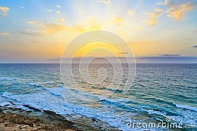 Nascer do sol sobre Oceano Atlântico