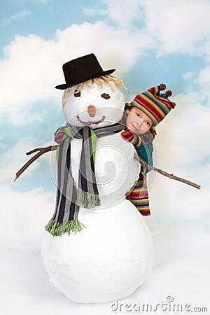 Nascondendosi dietro il pupazzo di neve