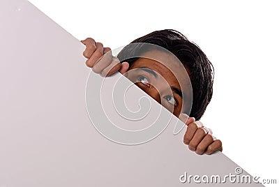Nascondendosi dietro una parete