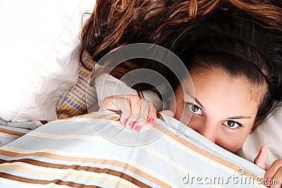 Nascondendosi sotto una coperta
