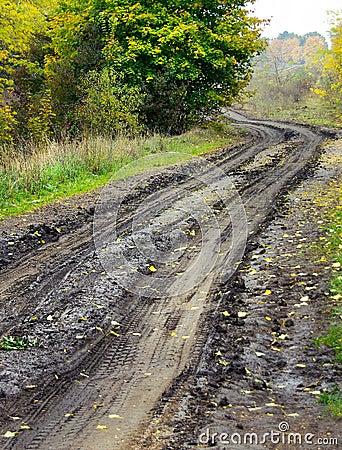 Nasse Straße des Schmutzes