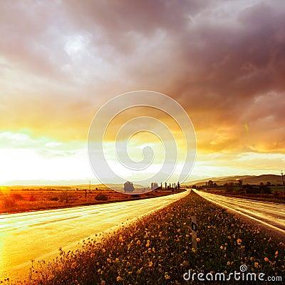 Nasse Straße und Himmel