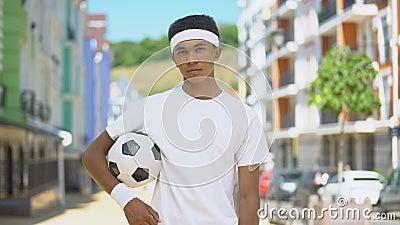 Nastolatka piłka nożna z poczuciem pewności siebie, patrząca na kamerę, wyzwanie zdjęcie wideo