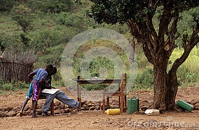 Nastoletni chłopacy studiuje outdoors, Mozambik Obraz Editorial
