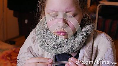 Nastoletnia dziewczyna ma zimno lub grypę Używać termometr, 4K UHD zbiory wideo