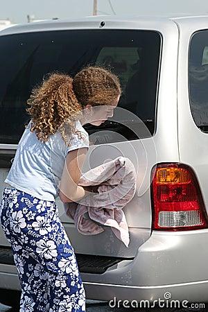 Nastoletnia dziewczyna suszenia samochodów