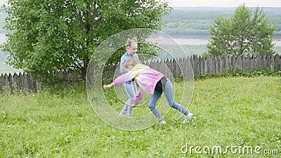 Nastoletnie dziewczyny robi akrobatycznemu cartwheel na gazonu odprowadzeniu na naturze wpólnie zbiory
