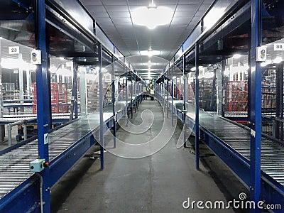 Nastro trasportatore del magazzino di logistica