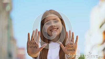Nasza przyszłość w naszych rękach pisana na dłoniach nastolatek, napiwki motywacyjne zdjęcie wideo
