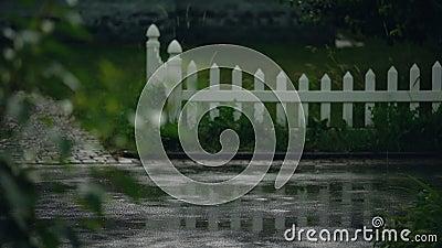 Nat vrouwelijk die snel naar huis rennen, probeert zich te verbergen voor regen, regenachtig weer, klimaat stock video