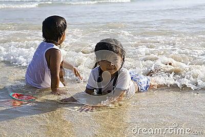 Natación de Chilren en el mar