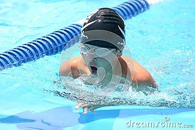 Garçon de natation de course de sein