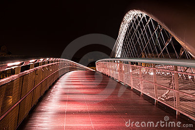 Natte brug in regenachtige nacht in Krakau