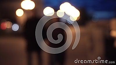 Nattgata och konturer av folk, suddig bakgrund blurriness Par som går i staden på natten stock video
