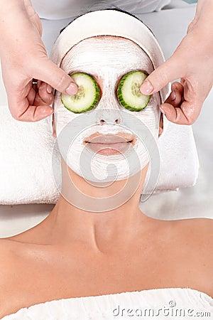 Naturlig skönhetbehandling med ansiktsbehandling maskerar