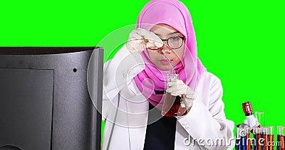 Naukowiec miesza chemicznego fluid zbiory wideo