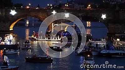 NAVALIS самое большое барочное праздненство на воде около Карлова моста в Праге - чехии сток-видео