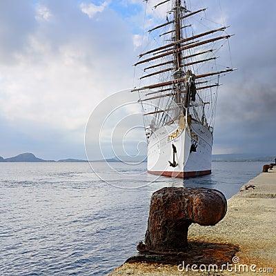 在navarino海湾希腊的豪华旗鱼海云彩