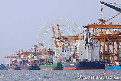 Nave porta container su uso del porto per trasporto dell - Porta acqua per termosifoni ...