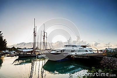 Naves del viaje atracadas Imagen editorial