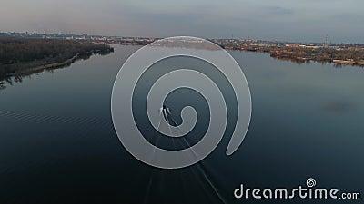 Navigation de bateau sur la rivière au coucher du soleil banque de vidéos