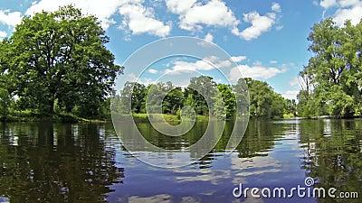 Navigation le long de la rivière clips vidéos