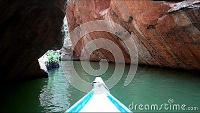 Navigazione sul canyon del fiume di San Francisco, Sergipe, Brasile stock footage