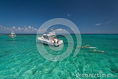 Naviguer au schnorchel en mer des Caraïbes Photo éditorial