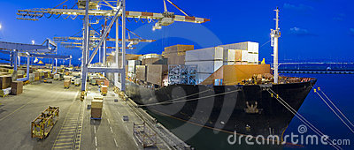 Navio de carga em a noite