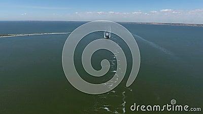 Navio de carga geral no mar - metragem aérea filme