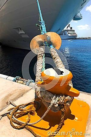 Navio de cruzeiros amarrado à doca por Corda