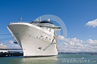 Navio de cruzeiros branco enorme amarrado ao cais com corda azul