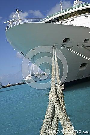 Navio de cruzeiros com cordas