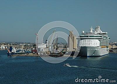 Navio de cruzeiros e porta