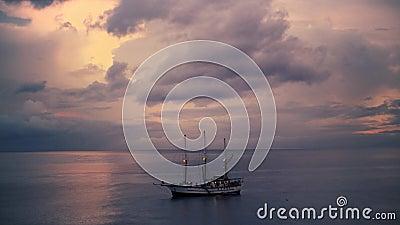 Navio de pirata no mar largamente vídeos de arquivo