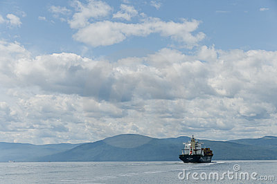 Navio de recipiente em um céu azul bonito Imagem Editorial