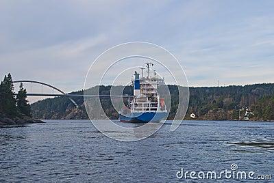 Navio de recipiente sob a ponte do svinesund, imagem 16