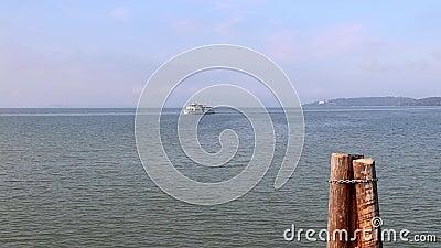 Navio no lago video estoque