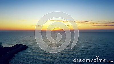 Navios de carga ao largo da costa em nascer do sol ou pôr do sol no mar video estoque