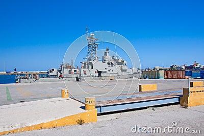 Navire de guerre dans un port de Rhodes, Grèce.