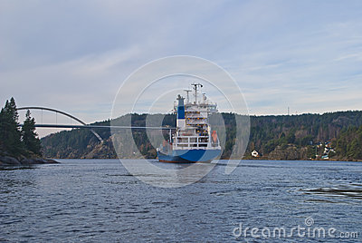 Navire porte-conteneurs sous la passerelle de svinesund, image 16